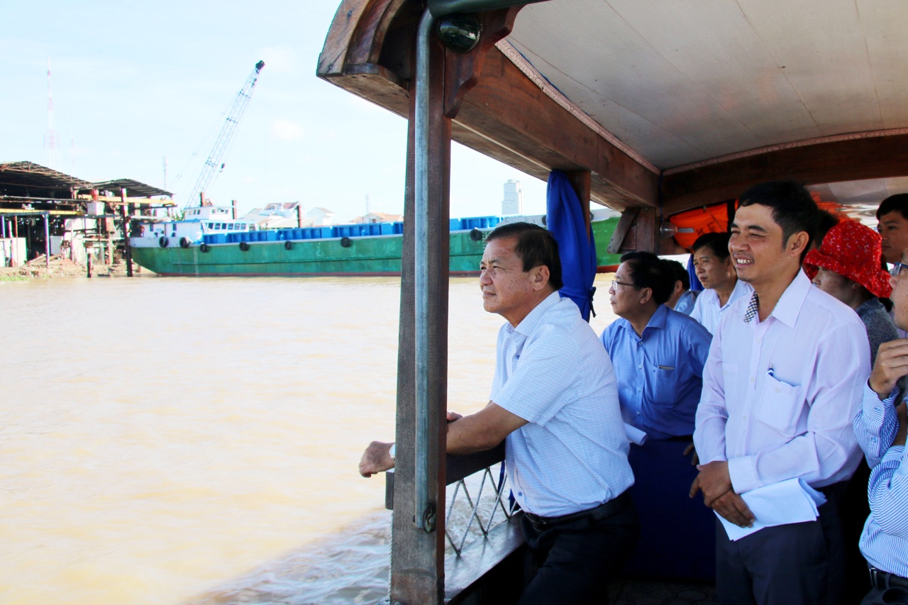 City leaders inspect and urge to speed up the construction progress of Can Tho river embankment